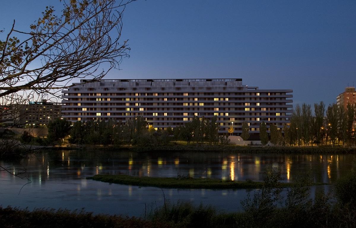 Render nocturno bloque de pisos frente al río Ebro