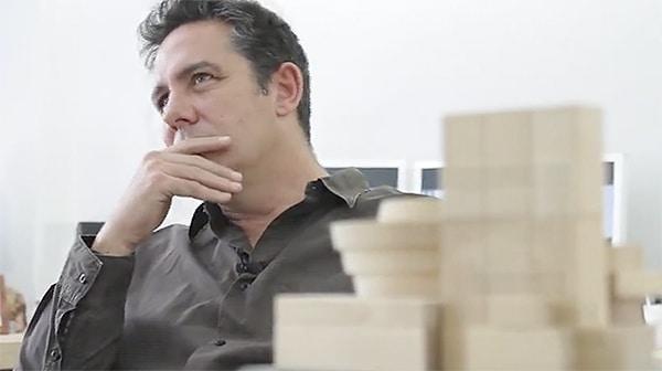 Juan Gayarre en pose de escuchar y pensar